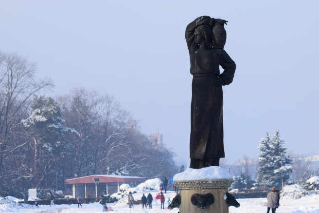 Statuia Moura Iarna - Woman with Pitcher Statue in Winter
